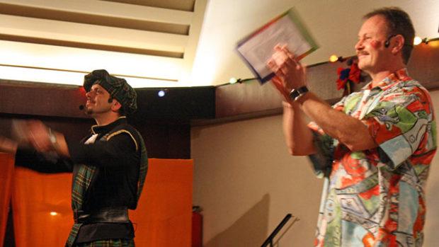 Zwei klatschende Männer auf einer Bühne.