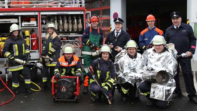 Eine Gruppe Feuerwehrleute in Schutzkleidung