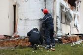Spurensuche: Techniker der Polizei untersuchen die Ruine in Altenburg.