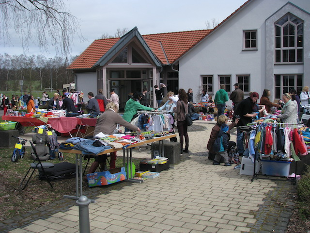 Viele bunte Tische: Der Flohmarkt des Mehrgenerationenhauses in Romrod im vergangenen Jahr. Foto: privat