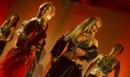Indische Tänze made im Vogelsberg: Die Tanzgruppe Salaam Namaste lockerte die Vorträge der beiden Referentinnen etwas auf. Fotos: jal