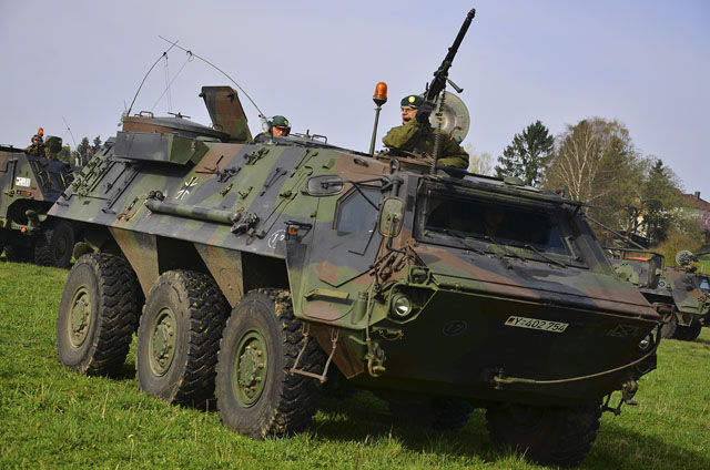 Schweres Gerät: Ein Fuchs-Panzer steht auf einer Wiese in Wallenrod