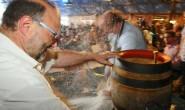 Auch in diesem Jahr wieder mit Alsfelder Pils: Der traditionelle Fassanstich im Festzelt. Archivfoto: aep