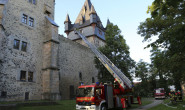 Weg frei: Die Drehleiter der Feuerwehr steht am Kanzleiturm des Romröder Schlosses. Foto: privat