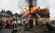 Löschen nur von außen möglich: Weil das Feuer echo so groß war, konnten die Feuerwehrleute nur vom Hof aus die Flammen mit Strahlrohren bekämpfen. Alle Fotos: privat