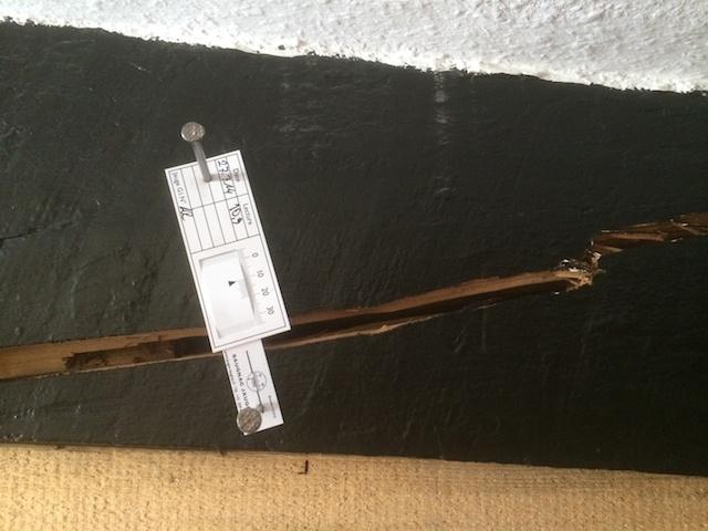 Schaden dokumentiert: Mit einer Riss-Schiebelehre haben die Helfer die Größe des Risses festgehalten. Wird der Riss größer, kann man das auf dem Papierstreifen ablesen. Foto: Feuerwehr