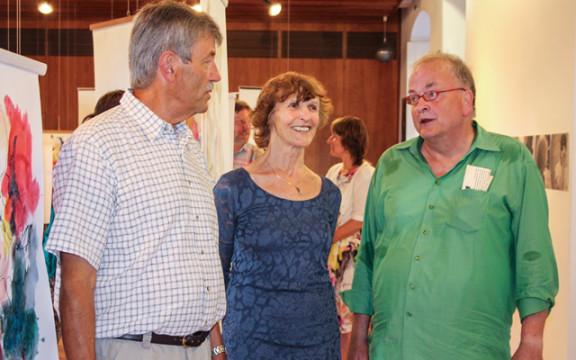 Laudatorin Burgi Scheiblechner mit den beiden Künstlern Klaus Schlosser (l.) und Bodo Runte (r.) (Foto: Kierblewski)