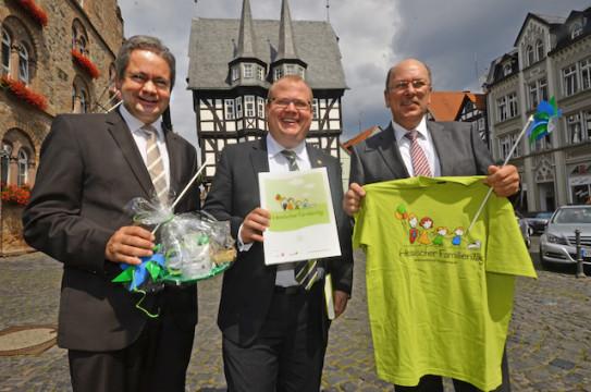 Es ist offiziell: Matthias Wilke von der Karl Kübel Stiftung, Bürgermeister Stephan Paule und Staatsminister Stefan Grüttner verkündeten am Mittwoch die Vergabe des Familientages an Alsfeld.