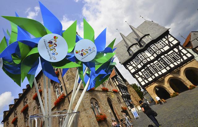 Großes Event in Alsfeld: Windmühlen mit dem Logo des Hessischen Familientages vor dem Alsfelder Rathaus. 2015 kommt das Fest nach Oberhessen. Um die 16 000 Bescher werden erwartet. Fotos: jal