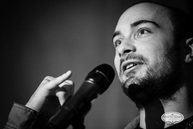 Am Mikrofon eigene Werke vortragen: Das ermöglicht der Poetry Slam auf charmante Art.