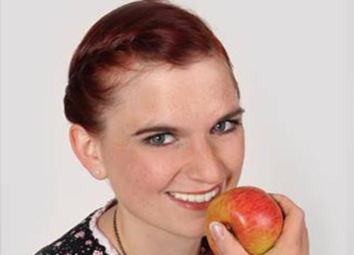 Königsporträt: Die Romröder Apfelkönigin Julia I. ruft zur Apfel-Ernte im Schlosspark auf. Foto: Fotostudio Hohl/Facebookseite der Apfelkönigin