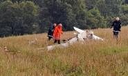 Nur ein Wrackteil: Dieses Stück vom Flugzeug lag direkt am Ortsrand von Nausis. Polizei und Feuerwehrleute bewachen die Absturzstelle. Foto: aep