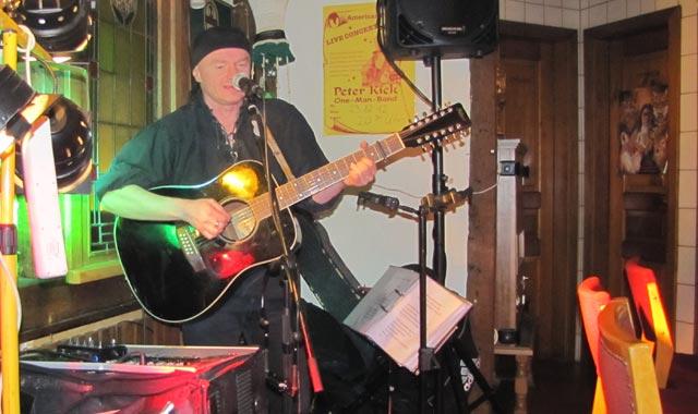 Viele Musiker, wie hier Peter Kick, traten im einst im Irish Pub auf - seit diesem Samstag wird man keine rockigen Töne mehr im Vorbeigehen aus dem Lokal hören. Foto: archiv/privat