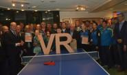 Engagement ausgezeichnet: Die Gewinner der Sterne des Sports, Alsfelds Bürgermeister Stephan Paule und Vertreter der VR-Bank posieren gemeinsam fürs Gruppenbild. Foto: VR-Bank