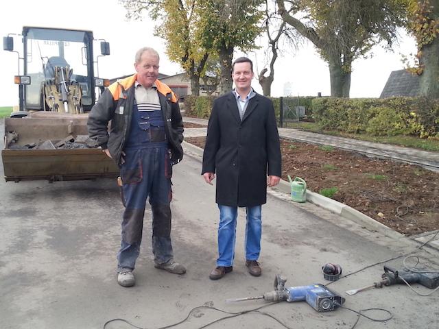 Schaut vorbei: Dietmar Krist, Bürgermeister von Antrifttal, neben einem Bauarbeiter in Vockenrod. Foto: Gemeinde Antrifttal