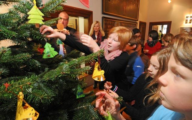 Wenn möglich, bitte grün: Der NABU rät dazu, möglichst umweltschonend gezüchtete Weihnachtsbäume zu kaufen. Unser Archivbild zeigt Kinder der Gerhart-Hauptmann-Schule behängen, wie sie den Weihnachtsbaum im Foyer des Alsfelder Rathauses behängen. Foto: aep