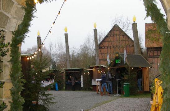 Das ist neu: Vier große Holzkerzen thronen über dem Grebenauer Weihnachtsmarkt. Fotos: bl
