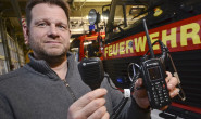Neue Technik in der Hand: Alsfelds Stadtbrandinspektor Michael Eilts präsentiert ein digitales Funkgerät. Fotos: jal