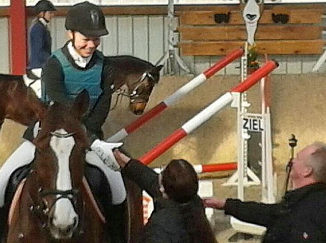 """Glückwunsch zum siebten Platz: Isabel Hartmann auf """"Elisco"""" nimmt ihre Auszeichnung entgegen. Fotos: Reitsportgemeinschaft"""