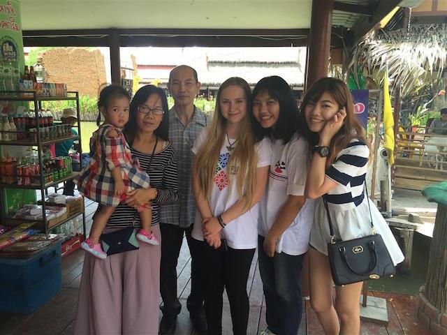 Hier fühlt sich Lisa gut aufgehoben: Das Foto zeigt die 17-Jährige mit ihrer Gastfamilie. Fotos: privat.