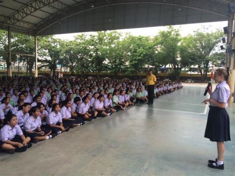 Ein aufregender Moment: An ihrem ersten Schultag musste Lisa gleich eine Rede vor ihrer ganzen Schule halten.