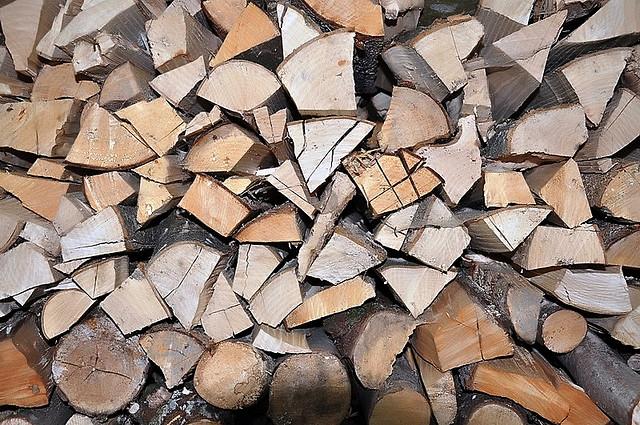 Glück im Unglück: In Schlitz brannte lediglich ein Holzstapel i einem Haus. Symbolbild: Brennholz by Gernot Weiss/flickr; Lizenz CC by 2.0.