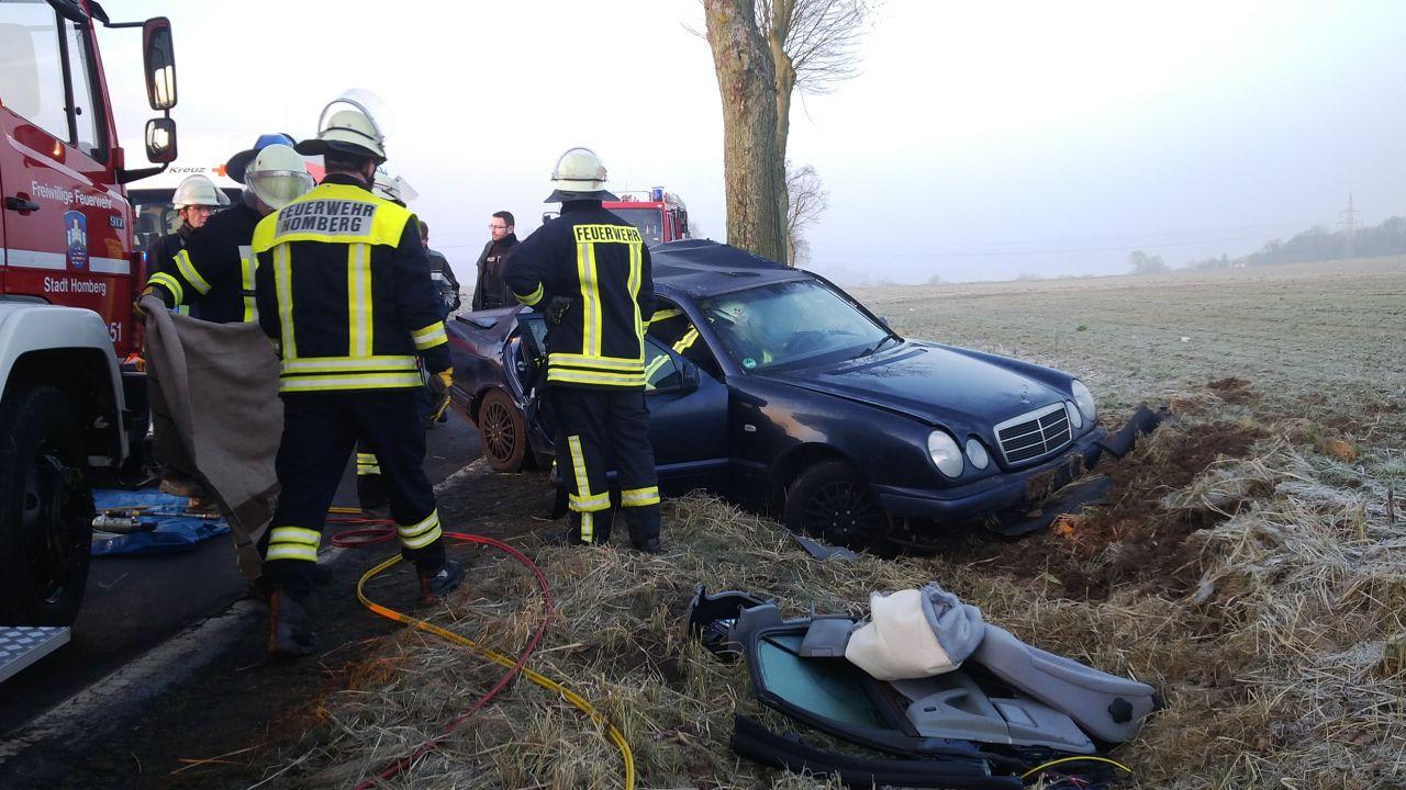 Die Fahrerseite des Wagens wurde bei dem Aufprall schwer beschädigt.