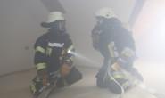 Menschenrettung bei schlechter Sicht: Die Feuerwehr Leusel übte in einem eingenebelten Haus. Fotos: privat