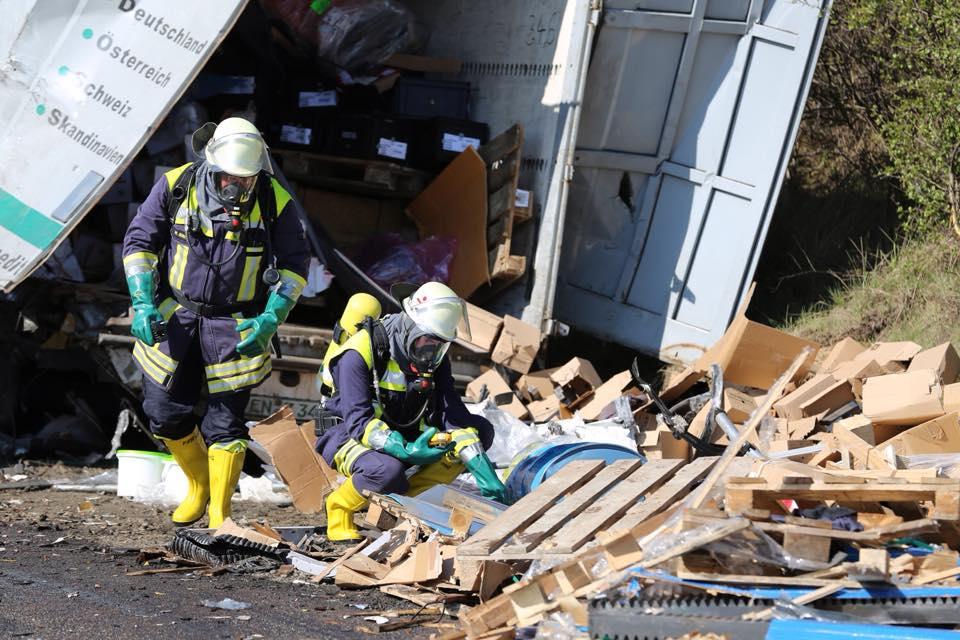 Arbeiten nur mit Schutzanzug erlaubt: Die Feuerwehr untersucht die Ladung der LKWs. Fotos: privat