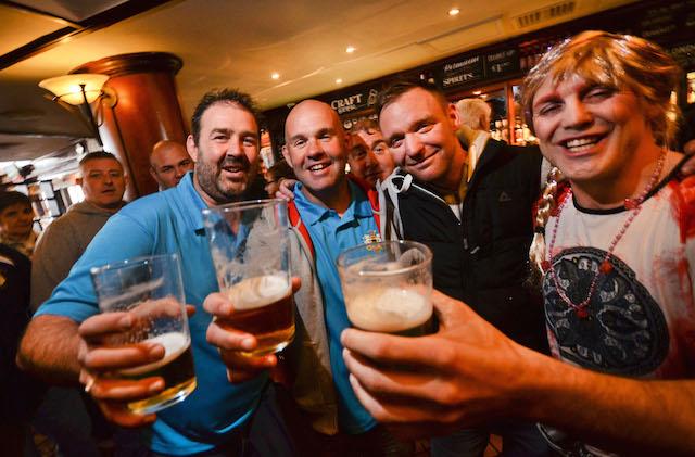 Sie haben OL-Redakteur Juri Auel ausgiebig bewiesen, dass Briten feiern können: Die Junggesellenabschieds-Truppe rund um Dai, Dickie, Chrissy, und Bräutigam Porky. Fotos: jal