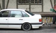 Gibt es nicht mehr: Der Fahrer brachte sein Auto nebst selbstgebasteltem Anhänger gleich zum Schrottplatz. Foto: Polizei