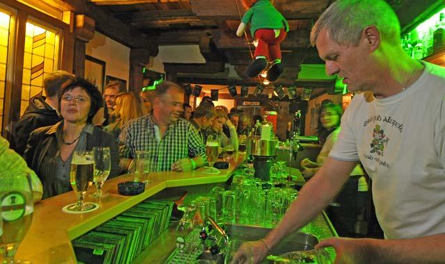 Uwe Kister und Daniela Geisel bei ihrer Arbeit im Irish Pub - den Kontakt zu den Menschen werden sie am meisten vermissen. Foto: archiv