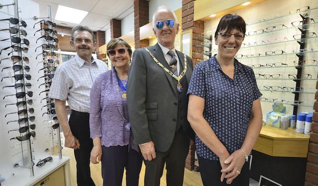 Coole Pose: Links und rechts zwei Angestellte eines Brillen-Shops. In der Mitte Bürgermeister Mike Ryan und seine Frau Lyn. Die goldene Kette verrät jedem, welches Amt er inne hat. Fotos: jal