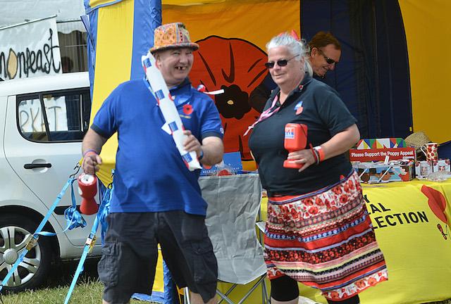 Kein seltenes Bild in England: Menschen, die gutes tun wollen. Hier sind es zwei Mitarbeiter einer Wohltätigkeitsorganisation, die Angehörige der Armee unterstützt. Fotos: jal