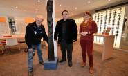 Foto beim Aufbau: Der Künstler Dr. Siegfried Modra verteilt gerade seine Holzskulpturen in der Stadt. Mit ihm auf dem Bild sind Uwe Eifert von der Stadtverwaltung und Janine Kristen vom Optiker Neusehland. Fotos: jal