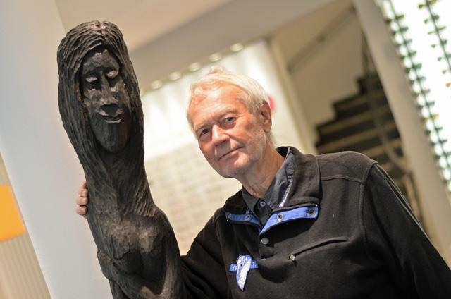 """Der Künstler mit seinem Werk: Dr. Siegfried Modra steht neben seiner Statue """"Die Entscheidung"""", die jetzt im Neusehland die Kunden empfängt."""