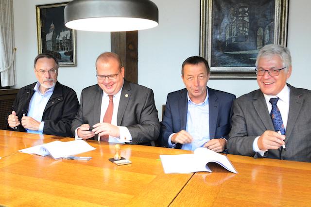 Unterzeichneten den neuen Konzessionsvertrag: Erster Stadtrat Jürgen Udo Pfeiffer und Bürgermeister Stephan Paule unterzeichneten den Wegenutzungsvertrag für die Stromnetze von Berfa, Elbenrod, Hattendorf und Lingelbach mit den OVAG-Vorständen Rainer Schwarz und Rolf Gnadl. Foto: OVAG