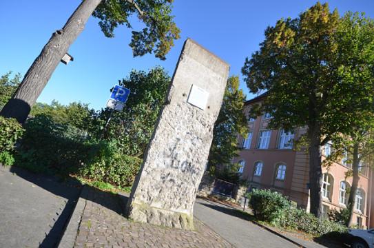Ist seit über 25 Jahren nur noch Geschichte: Die innderdeutsche Grenze. Vor der Alsfelder Stadtschule steht ein Teil der Berliner Mauer als Mahnmal.