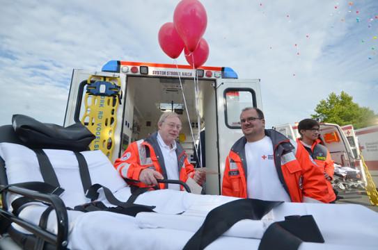 Leider den Start verpasst: Mitglieder des Roten Kreuzes mit roten Luftballon. Die übrigen fliegen im Hintergrund bereits gen Horizont.