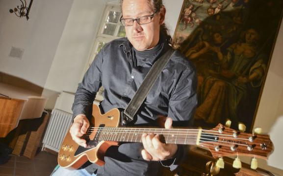Interpretierte die Ausstellung musikalisch: Der Gitarrist Peter Fischer.