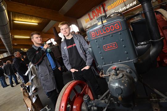 Stehen auf den Klang der alten Maschinen: Noel Kronimus und René Demuth.
