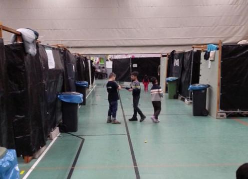 So sieht es momentan in der Alsfelder Großsporthalle aus: Bauzäune und schwarze Plastikplanen formen Parzellen, um zumindest ein bisschen Privatsphäre zu bieten.