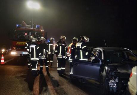 Die Feuerwehr im Einsatz: Bergungsarbeiten auf der A5, nachdem im Nebel vier Autos aufeinander gekracht sind. Foto: privat