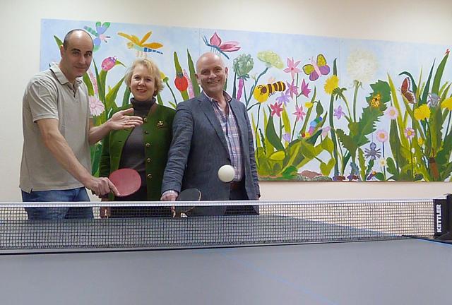Freuen sich gemeinsam über das neue Sportgerät: Dr. Dr. Christoph Herda, Dr. Britta von Molo vom Förderverein und Harry Bernardis. Foto: Verein
