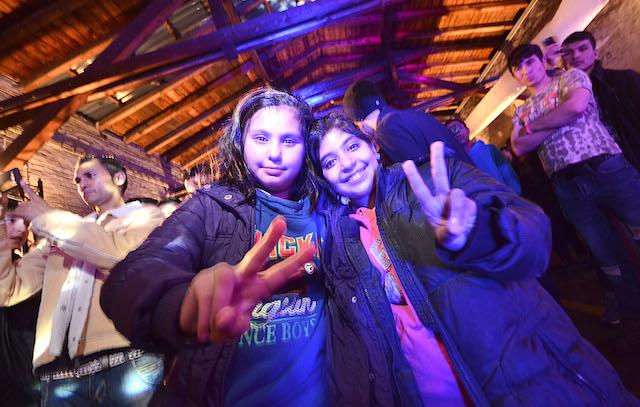 Friedliches Fest, um sich gegenseitig kennen zulernen: Zwei geflüchtete Mädchen stehen vor der Bühne im Alten Alsfelder Güterbahnhof, indem Alsfelder und Flüchtlinge am Sonntag gemeinsam feierten. Fotos: jal