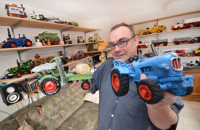 Der Meister zeigt seine Werke: Peter Hendreich formt historische Traktoren und Lastwagen aus Ton. Fotos: jal