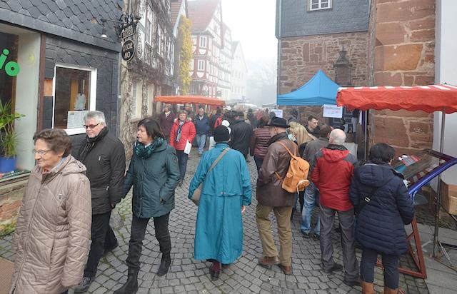 Volle Gassen, trotz des ungemütlichen Wetters: Der Scherzmarkt in Treysa war gut besucht. Fotos: jal