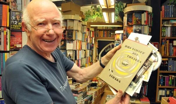"""Helmar Bünnecke, Inhaber des Alsfelder Buchladens """"Buch 2000"""" durfte schon so manchen """"Harry Potter"""" - Fan in seinem Laden begrüßen. Foto: Archiv."""