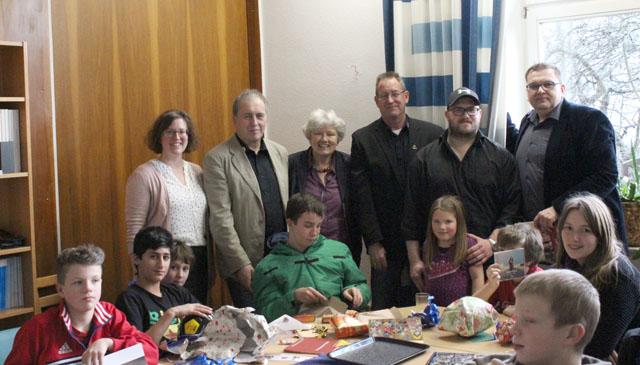 Freuten sich über die Weihnachtsgeschenke: Die Kinder im Haus am Kirschberg. Fotos: Luchse
