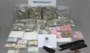 Eine ganze Menge Drogen und Waffen: Das hat die Polizei bei den beiden Männern sichergestellt. Foto: Polizei